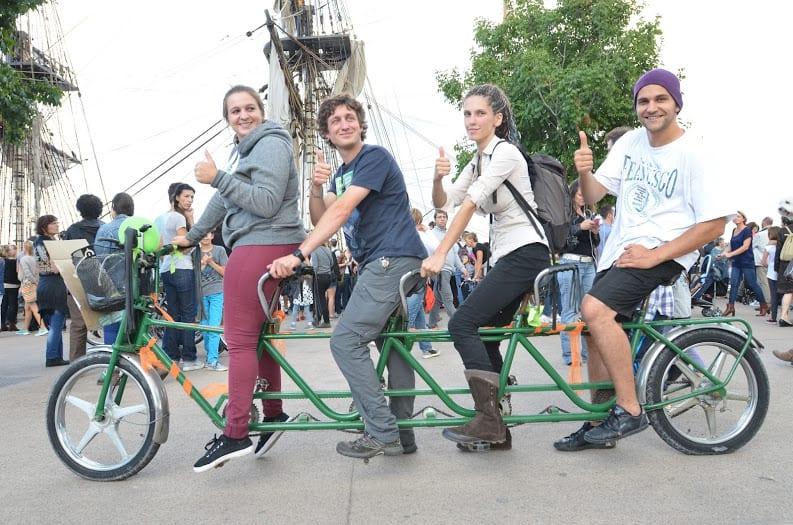 Vélo 4 places Bordeaux devant bateau