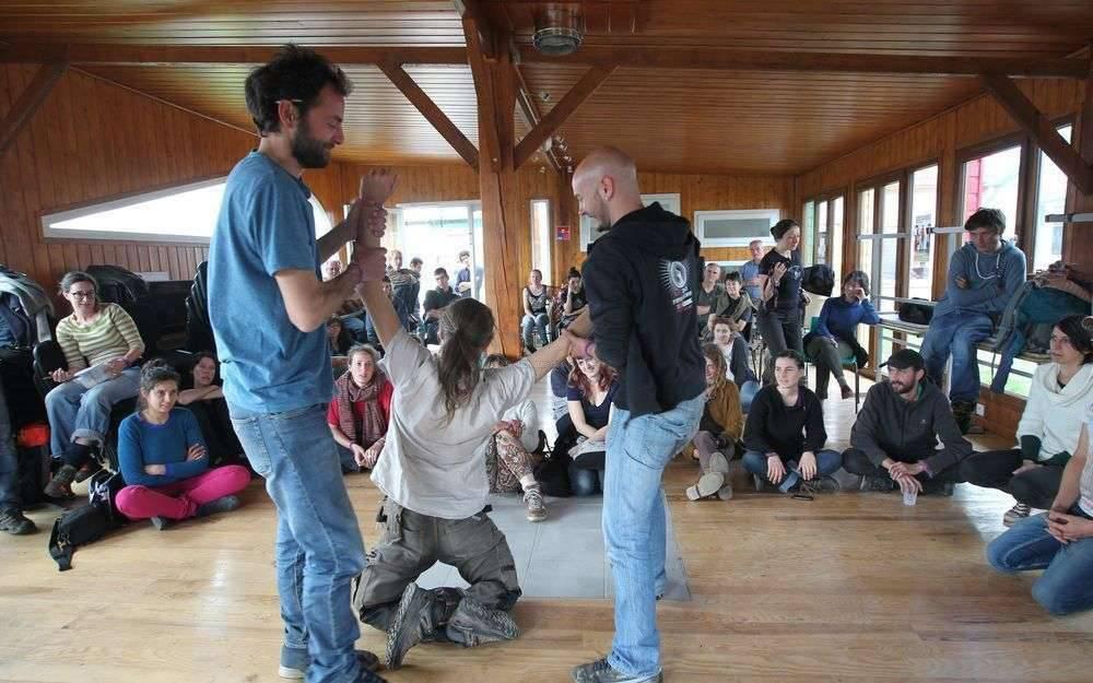 stage-de-formation-a-la-lutte-non-violente-au-camp-sirene-avec-deux-apprentis-activistes-qui-jouent-les-forces-de-lordre-en-tentant-de-deloger-jon-le-formateur
