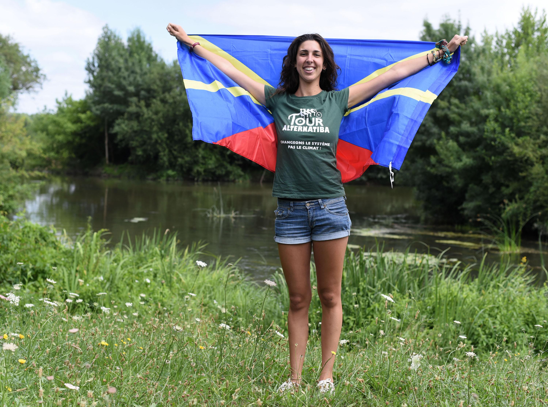 Tanika tient un drapeau de la Réunion