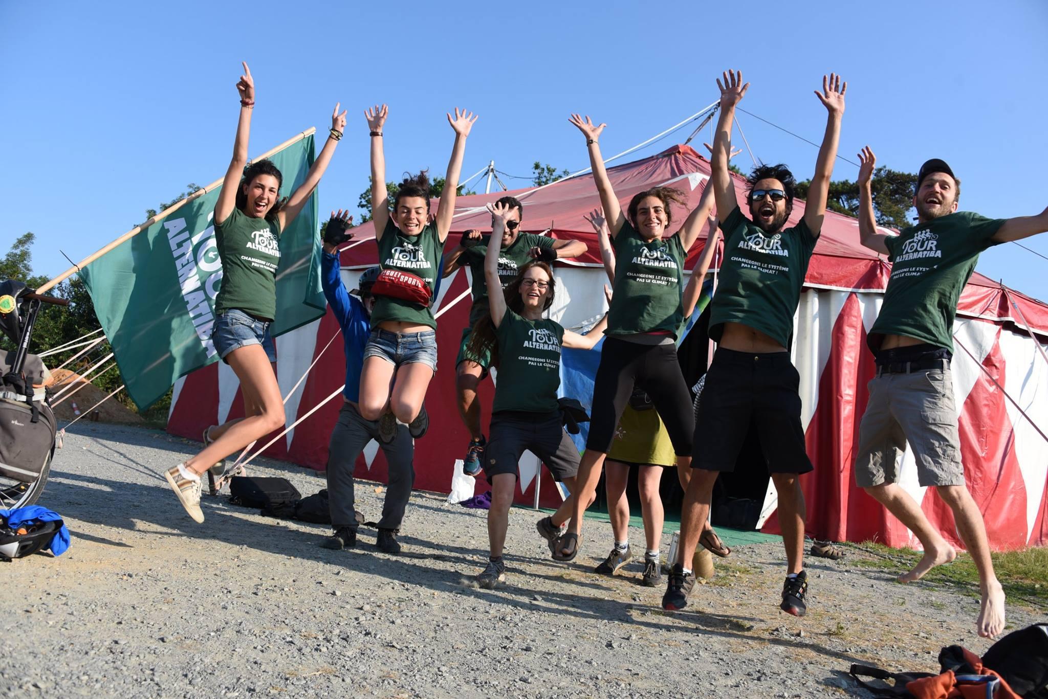 Les cyclistes du Tour Alternatiba sautent dans l'air devant un chapiteau