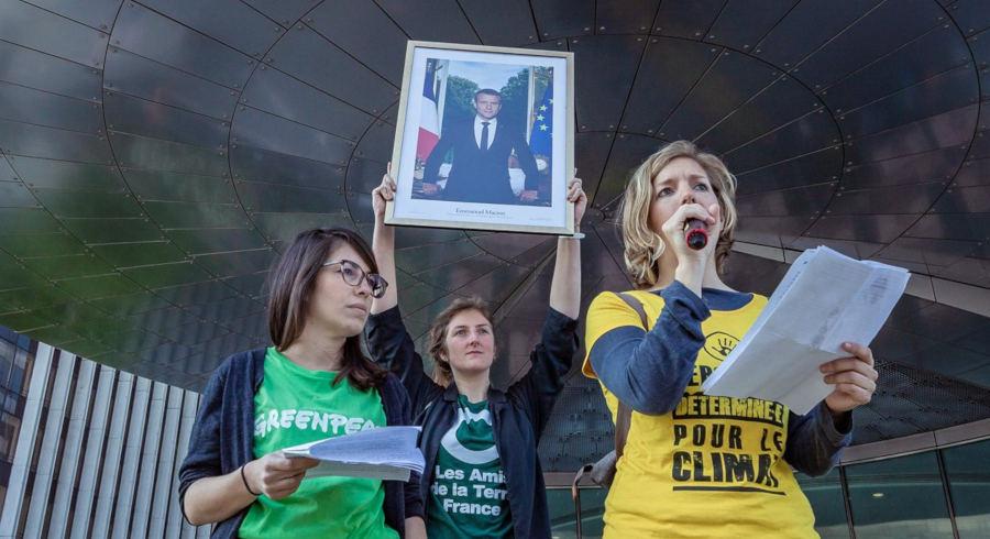 Sortie d'un portrait de Macron réquisitionné lors de l'action Bloquons la République des pollueurs