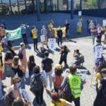 Militants climat entourent les citoyens en procès sur la place du tribunal