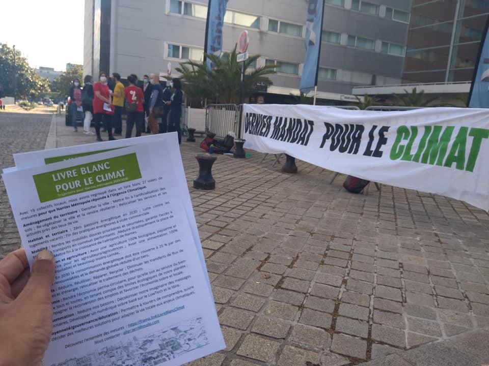 Alternatiba Nantes a organisé un comité d'accueil devant la Cité des Congrés avec une distribution de Livre Blanc à chaque élu·e participant·e.