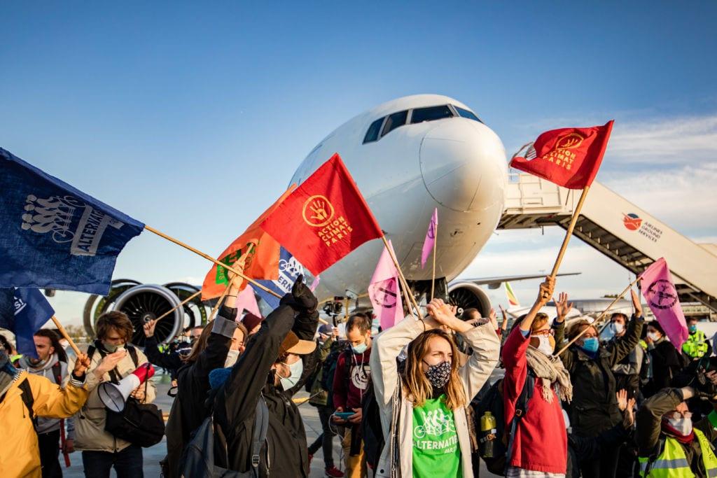 militants devant un avion sur la tarmac à Paris