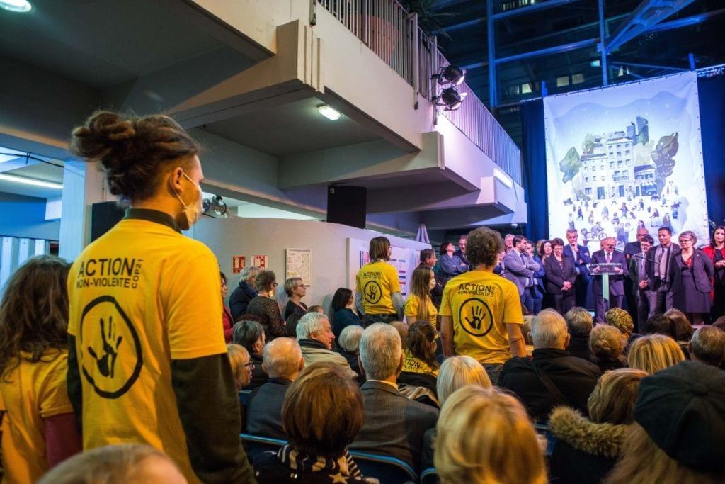 Ce jeudi 17 janvier, 32 militants ANV-COP21 ont investi de manière non-violente deux cérémonies des voeux afin de sensibiliser les citoyens et d'interpeller les élus. L'action s'est déroulée dans le calme et a permis d'ouvrir le dialogue et d'inviter aux prochaines mobilisations.