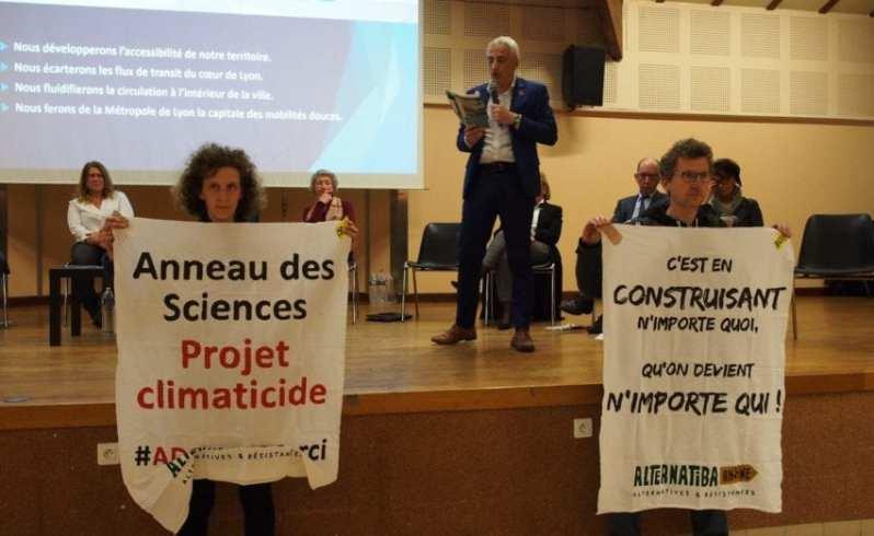 Ce lundi 17 février, 15 militant·e·s d'Alternatiba ANV Rhône et du collectif ADS Non Merci ont investi une réunion publique de la liste de Gérard Collomb dans la circonscription Lône et Coteaux. Cette action a eu lieu à Saint-Genis-Laval, commune directement impactée par l'implantation du projet autoroutier dépassé de l'Anneau des Sciences, une aberration écologique dont Gérard Collomb est aujourd'hui l'un des derniers défenseurs.