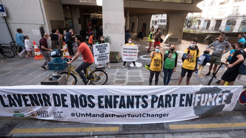 Les activistes et les parents d'élèves se sont mobilisés pour demander une baisse du trafic et une piétonnisation devant les écoles.