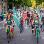 déabulation festive de cyclistes avec les triplettes du Tour Alternatiba